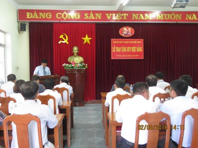 Công ty QLB miền Trung tổ chức lễ trao tặng huy hiệu 30 năm tuổi Đảng