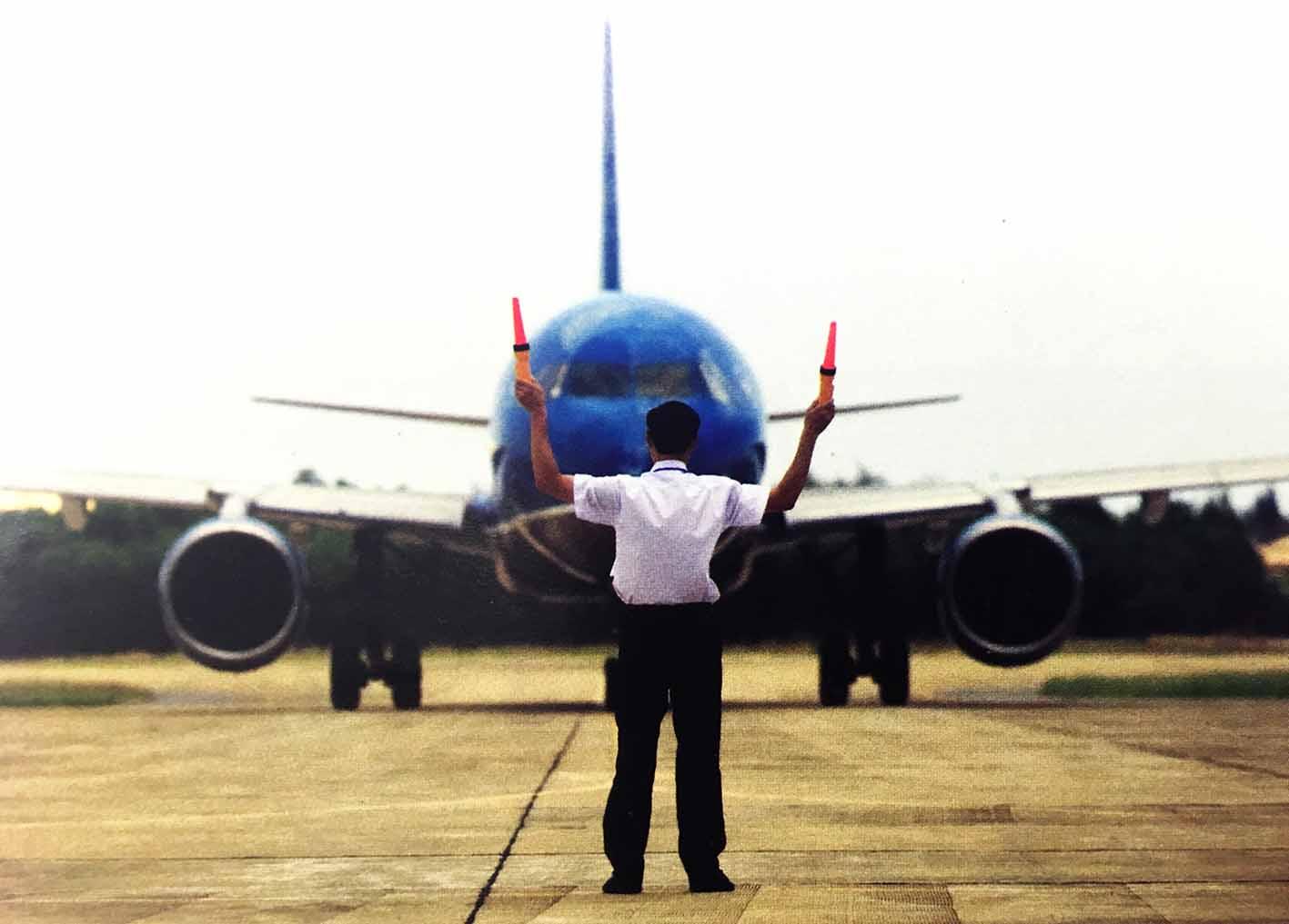 VATM: Ban hành Quyết định cấp chứng chỉ chuyên môn cho nhân viên đánh tín hiệu tàu bay