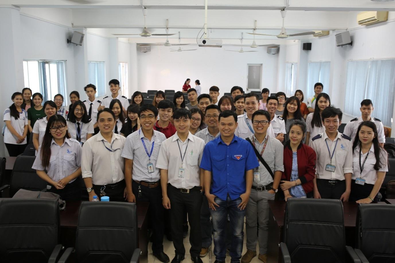 Đoàn thanh niên Công ty Quản lý bay miền Nam giới thiệu về ngành kiểm soát không lưu với sinh viên học viện Hàng không