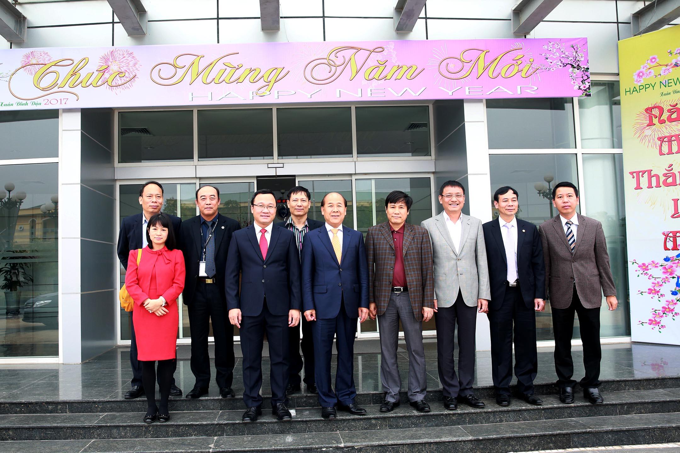 Các đồng chí Lãnh đạo đến thăm, chúc Tết cán bộ, nhân viên đang làm việc tại Trung tâm Kiểm soát không lưu Hà Nội