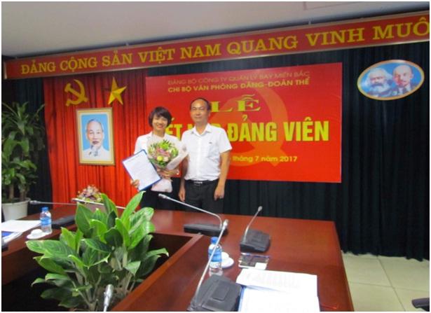 Chi bộ Văn phòng Đảng - Đoàn thể thuộc Đảng ủy cơ sở Công ty Quản lý bay miền Bắc tổ chức kết nạp đảng viên mới