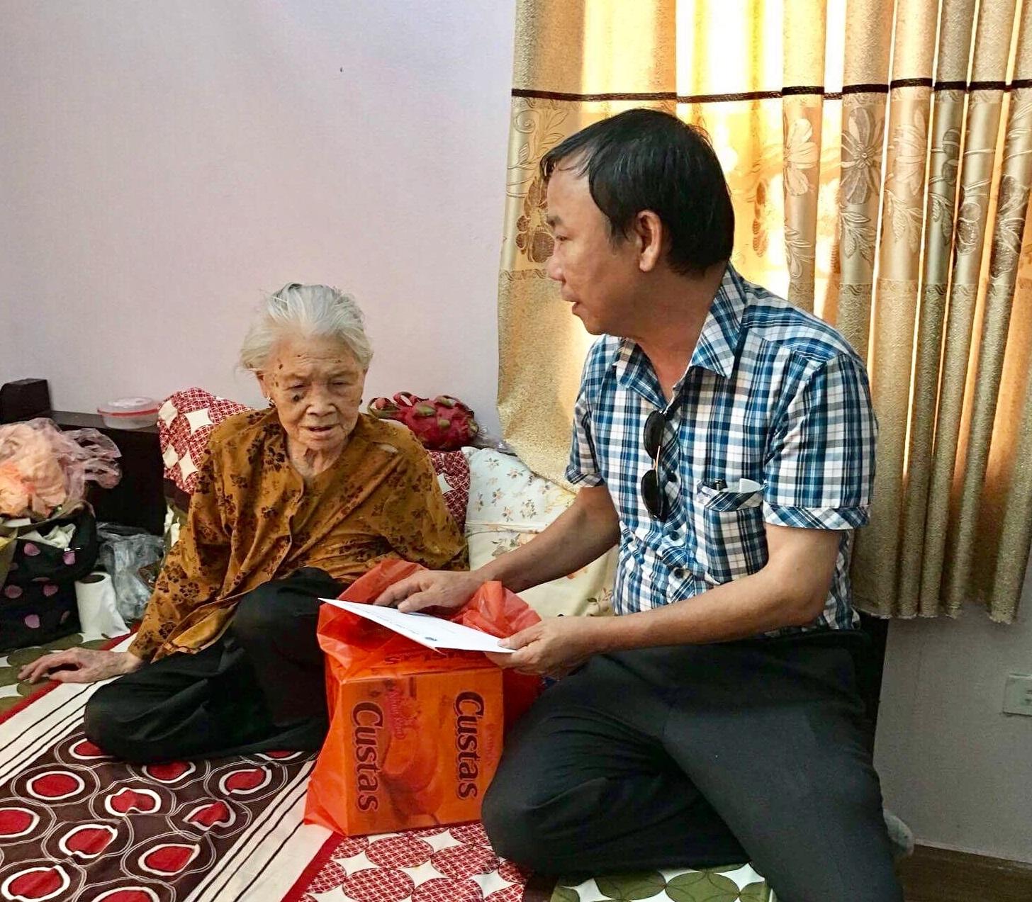 Thăm, tặng quà các Mẹ Việt Nam anh hùng nhân dịp 70 năm ngày Thương binh - Liệt sĩ