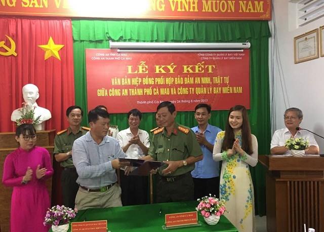 Lễ ký kết Văn bản hiệp đồng phối hợp bảo đảm an ninh, trật tự tại các cơ sở điều hành bay giữa Công ty QLBMN và Công an thành phố Cà Mau