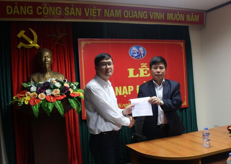 Chi bộ Trung tâm Cảnh báo thời tiết Đảng bộ Trung tâm Quản lý Luồng không lưu tổ chức lễ Kết nạp đảng viên