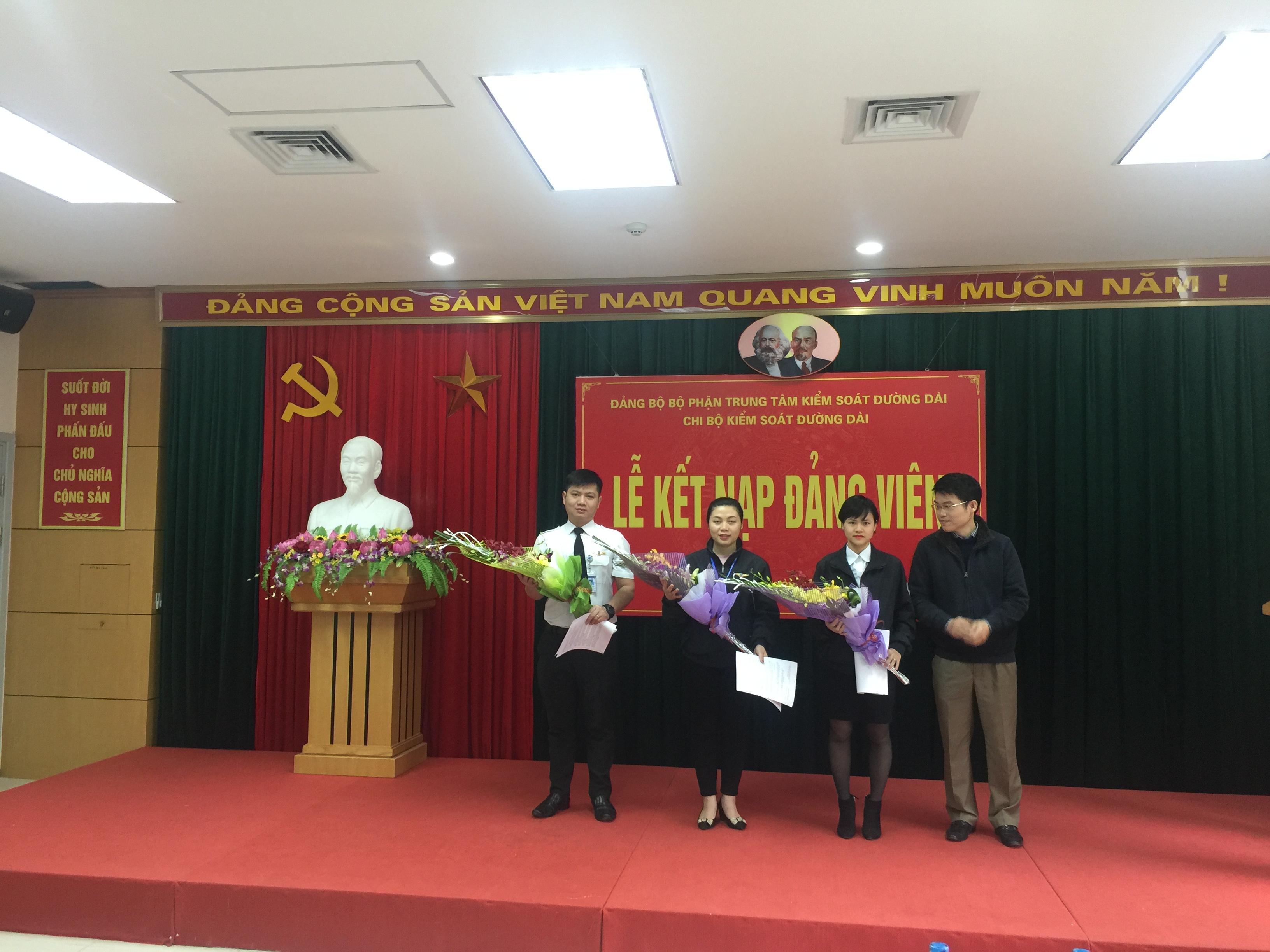 Chi bộ Kiểm soát đường dài Công ty quản lý bay miền Bắc tổ chức Lễ kết nạp đảng viên mới dịp 3-2