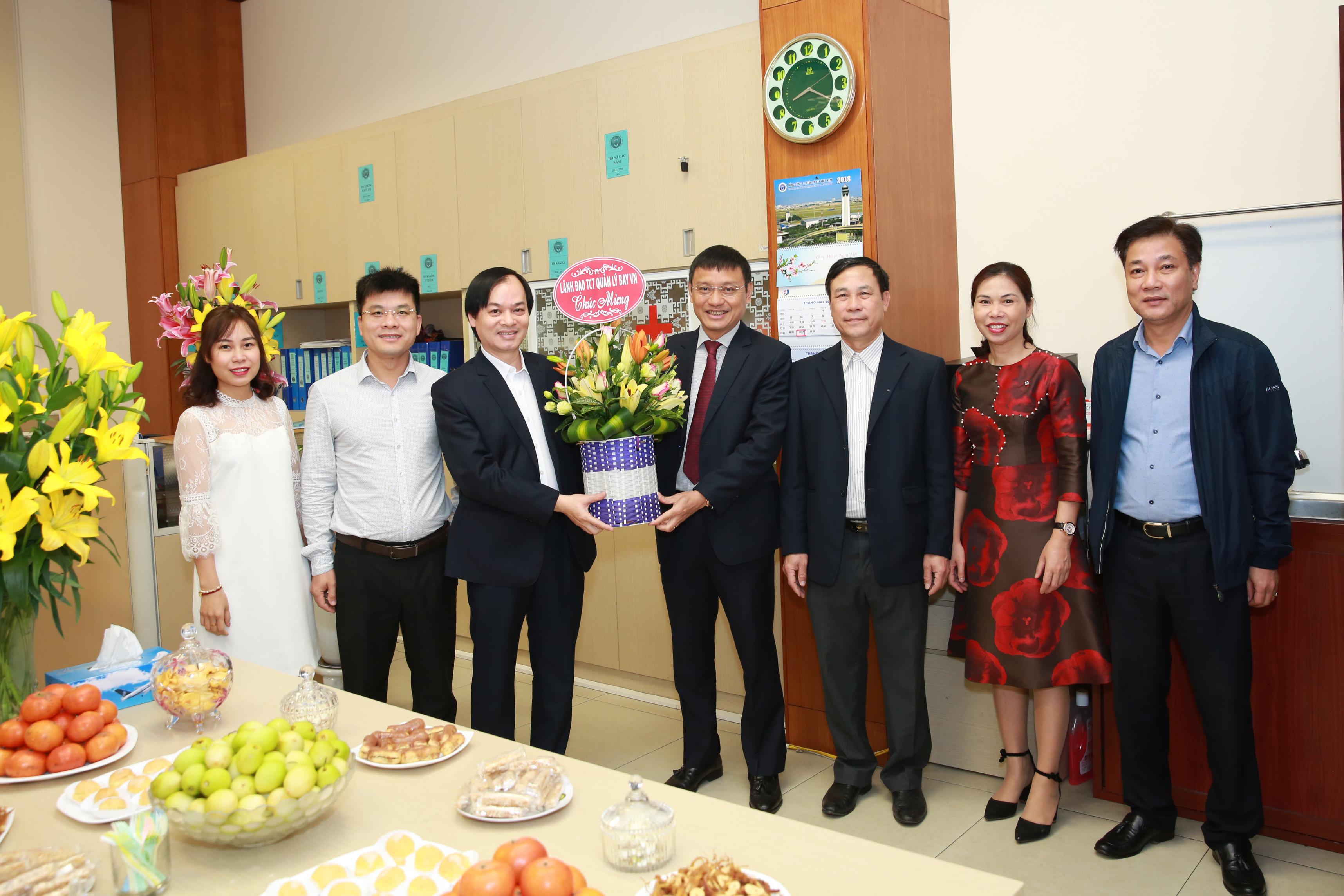 Lãnh đạo VATM tặng hoa chúc mừng ngày Thầy thuốc Việt Nam