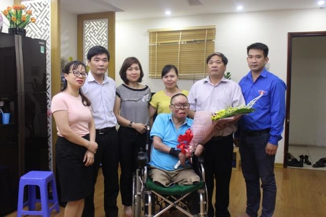 Công đoàn Trung tâm Quản lý luồng không lưu thăm và tặng quà gia đình thương binh liệt sỹ
