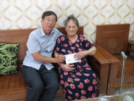 Công ty TNHH Kỹ thuật Quản lý bay thăm hỏi và tặng quà gia đình chính sách nhân ngày 27/7