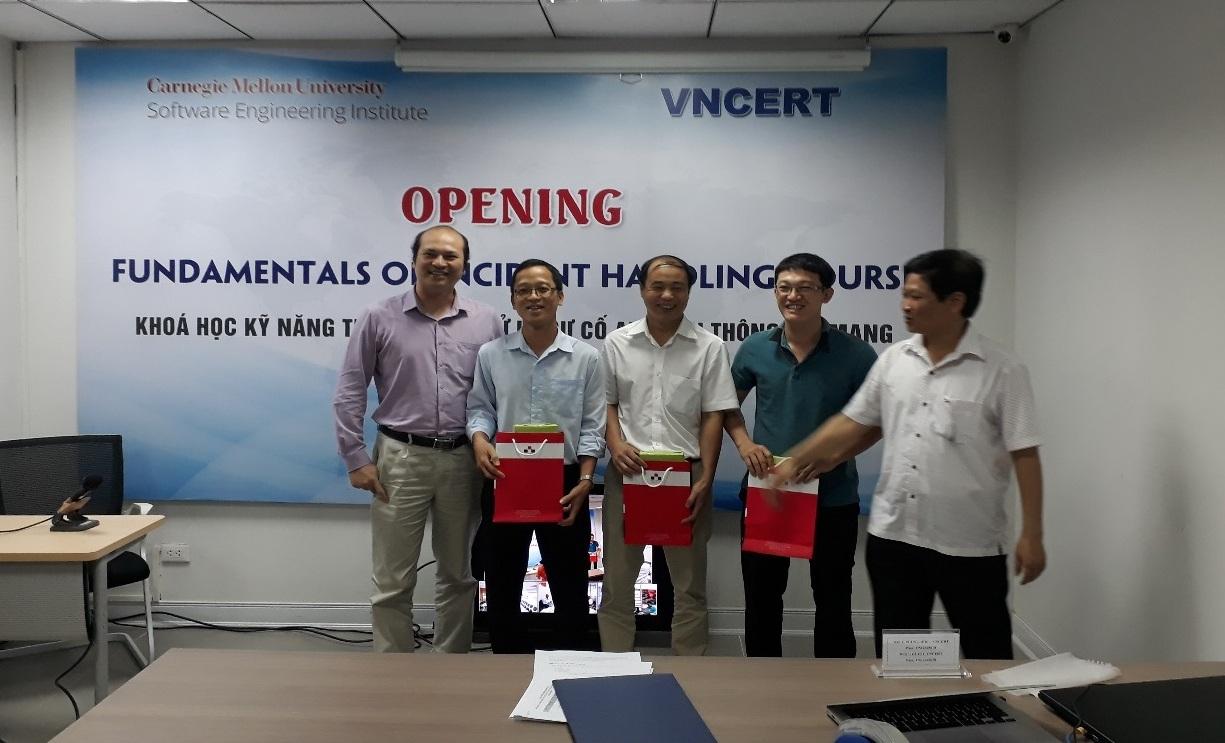 Nhân viên kỹ thuật Tổng công ty Quản lý bay Việt Nam tham dự khóa đào tạo về xử lý sự cố an toàn thông tin mạng