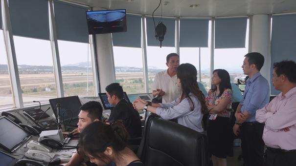 Đoàn Thanh niên Trung tâm Cảnh báo thời tiết học tập, tìm hiểu điều kiện địa hình, thời tiết, khí hậu sân bay và các tiểu vùng khí hậu
