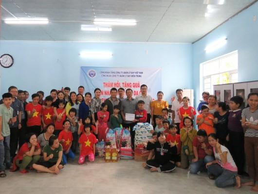 Công đoàn Công ty Quản lý bay miền Trung tặng quà cho nạn nhân chất độc da cam thành phố Đà Nẵng