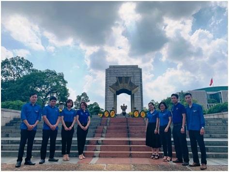 Đoàn Thanh niên Công ty TNHH Kỹ thuật Quản lý bay dâng hương tưởng niệm các Anh hùng Liệt sĩ Đài tưởng niệm Bắc Sơn