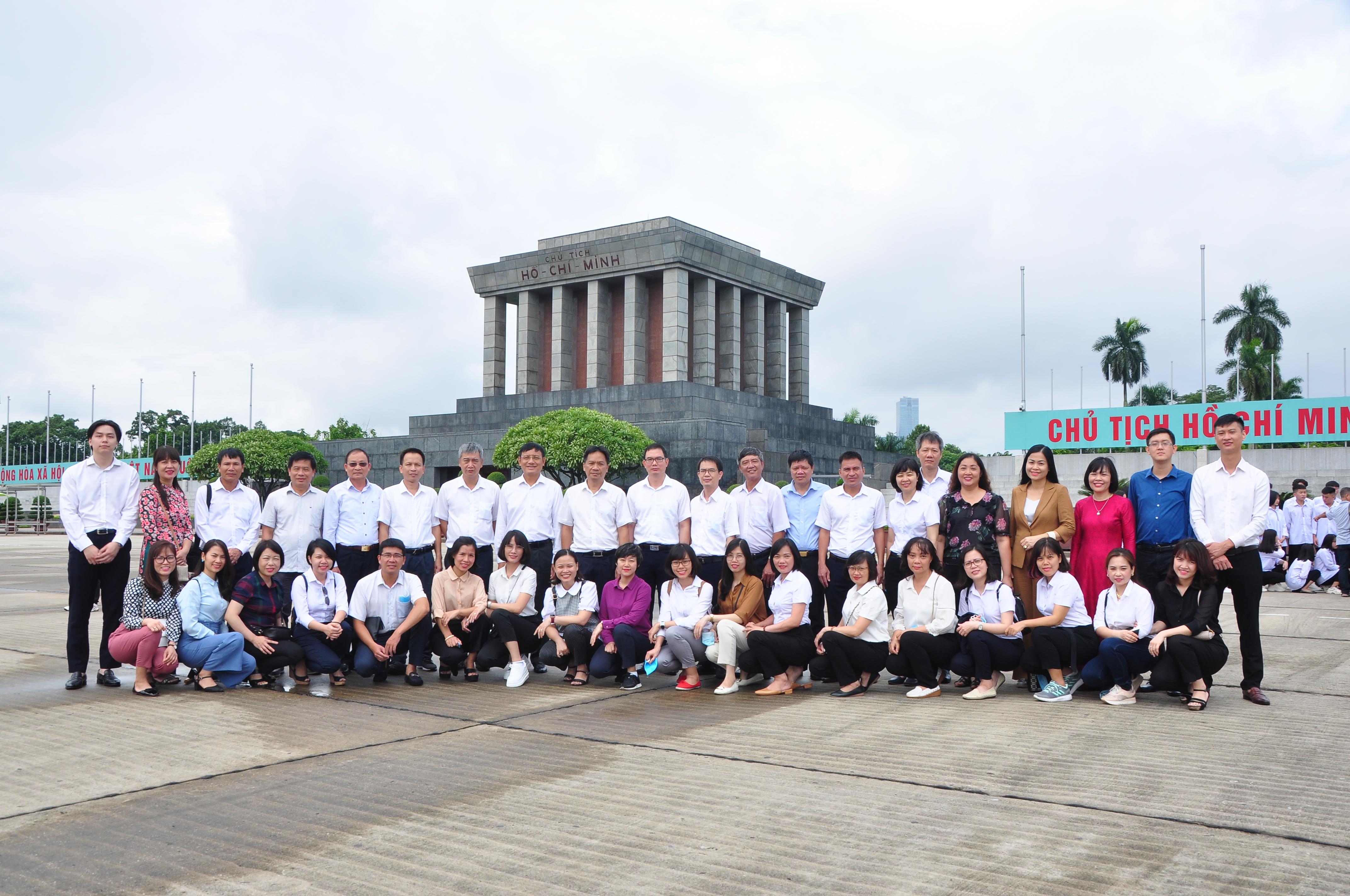 Chi bộ Ban TCCB-LĐ: Những cảm xúc đẹp trong hành trình thăm viếng khu di tích Chủ tịch Hồ Chí Minh tại Phủ Chủ tịch