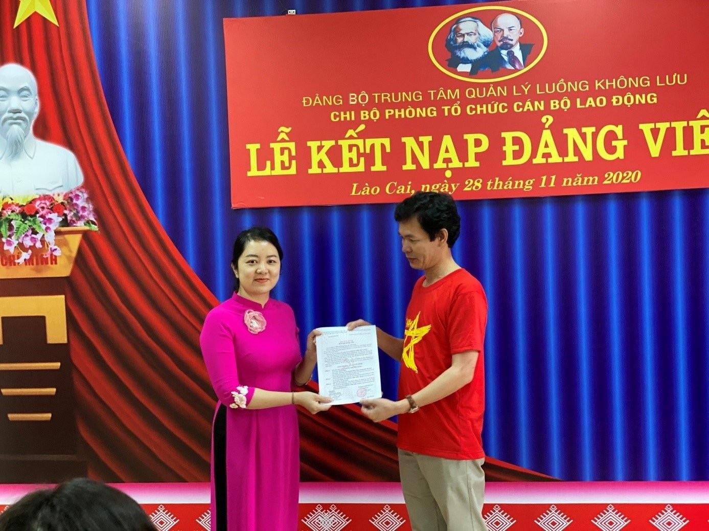 Chi bộ Phòng Tổ chức cán bộ - Lao động thuộc Đảng ủy cơ sở Trung tâm Quản lý luồng không lưu tổ chức kết nạp đảng viên mới