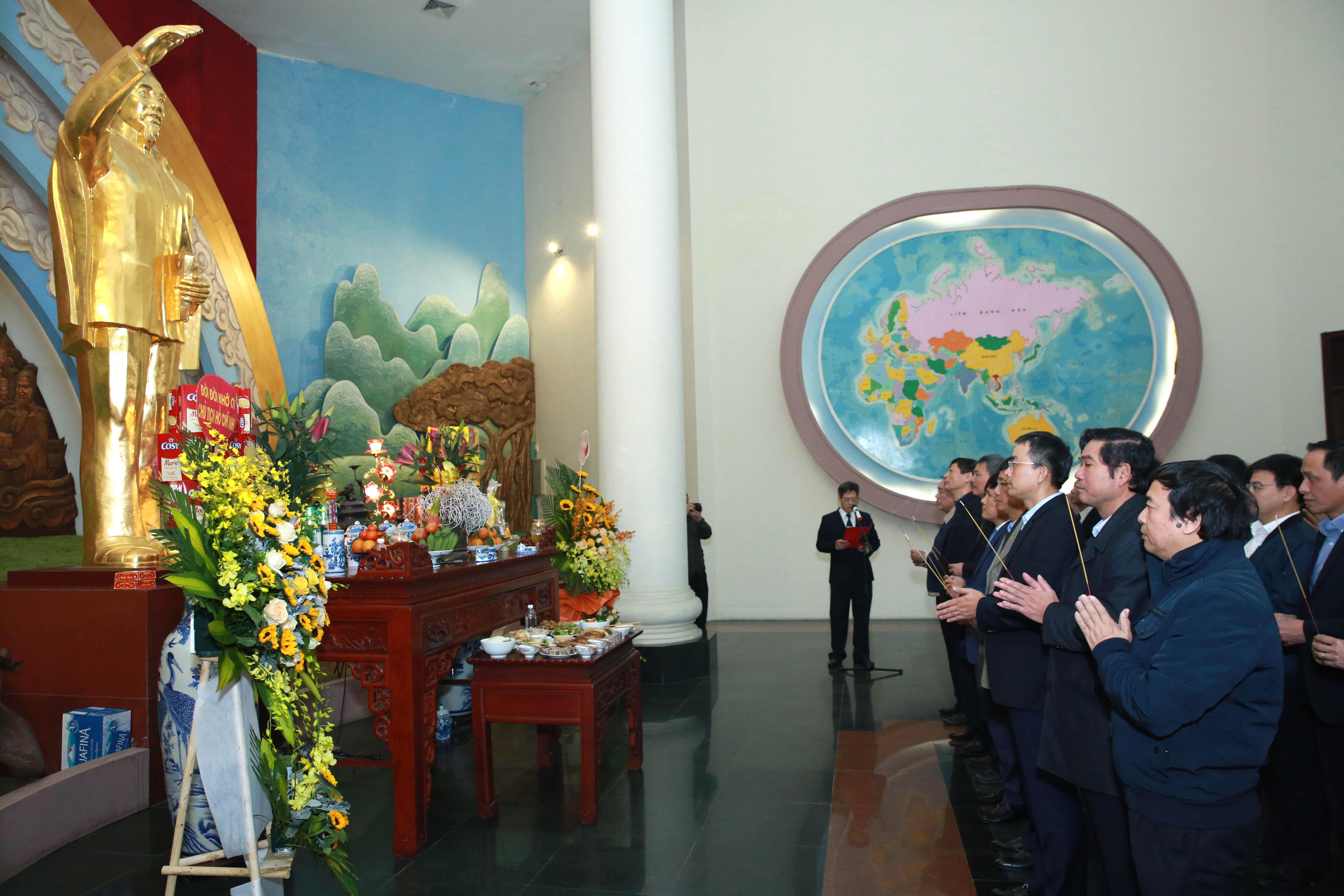 Lãnh đạo ngành Hàng không dâng hương tưởng niệm Chủ tịch Hồ Chí Minh nhân kỉ niệm 65 năm Ngày thành lập Ngành Hàng không dân dụng Việt Nam