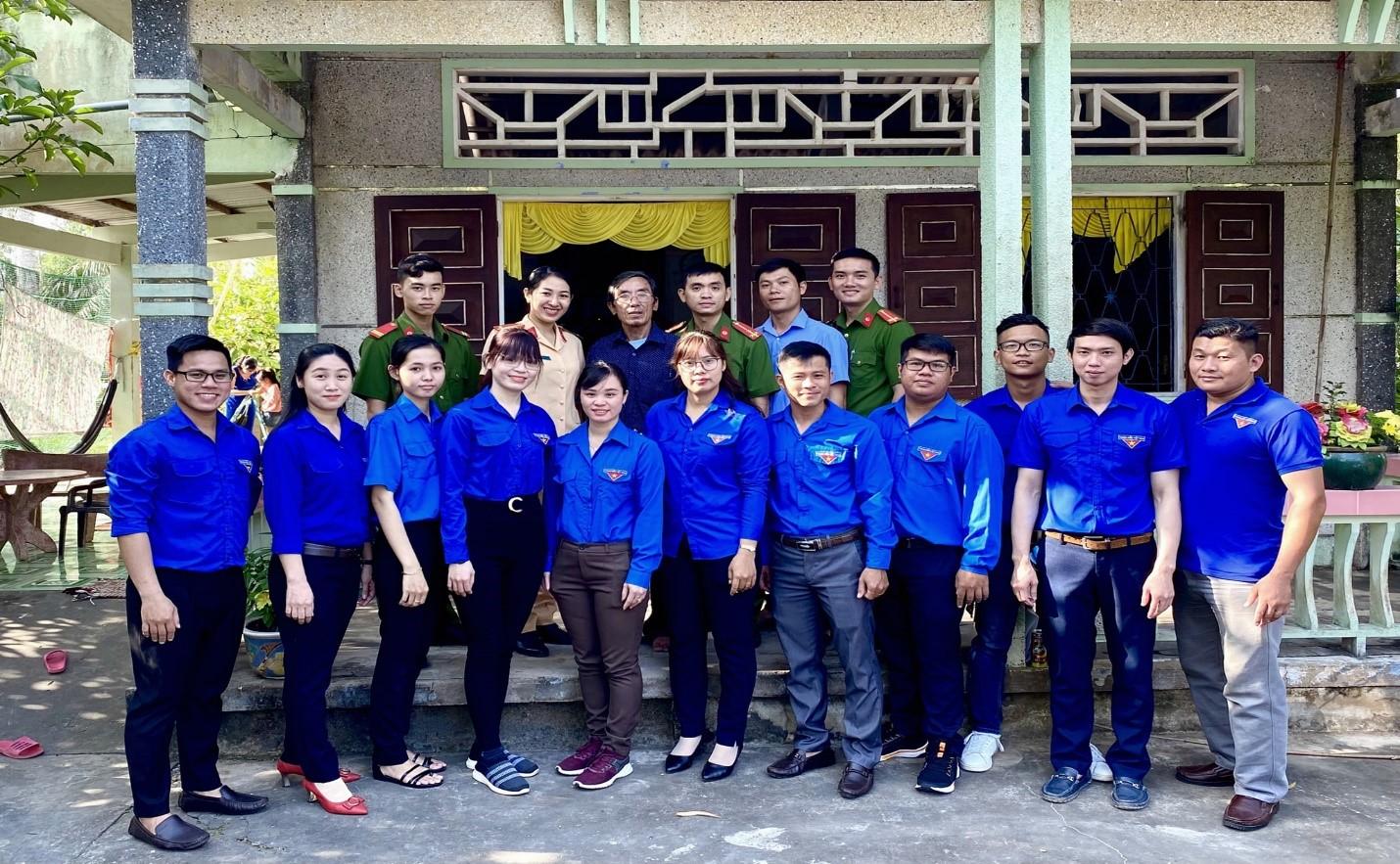 Đoàn thanh niên Đài Kiểm Soát Không Lưu Cà Mau tặng quà gia đình chính sách và tặng quà Mẹ Việt Nam Anh hùng