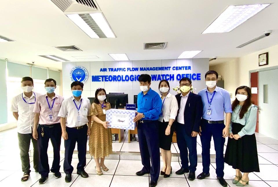 Công đoàn GTVTVN thăm và tặng quà các cơ sở làm việc, người lao động nhân Tháng Công nhân