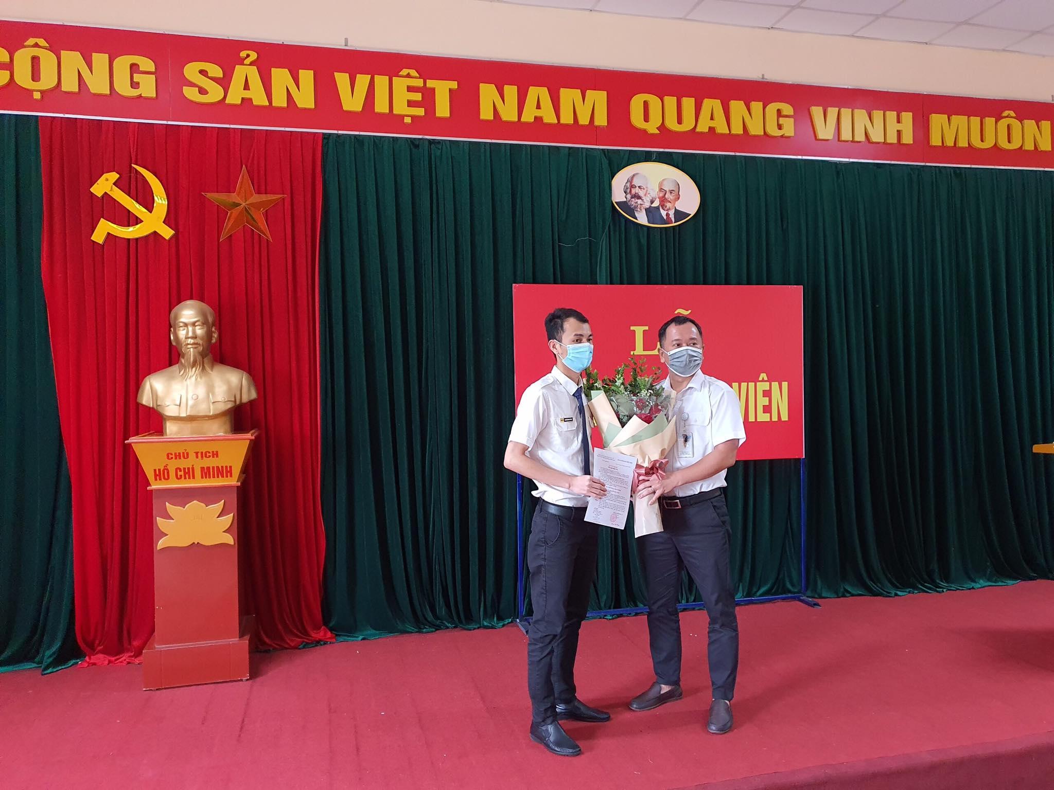 Các chi bộ trực thuộc Đảng bộ bộ phận Trung tâm kiểm soát Tiếp cận – Tại sân Nội Bài tổ chức Lễ kết nạp đảng viên mới