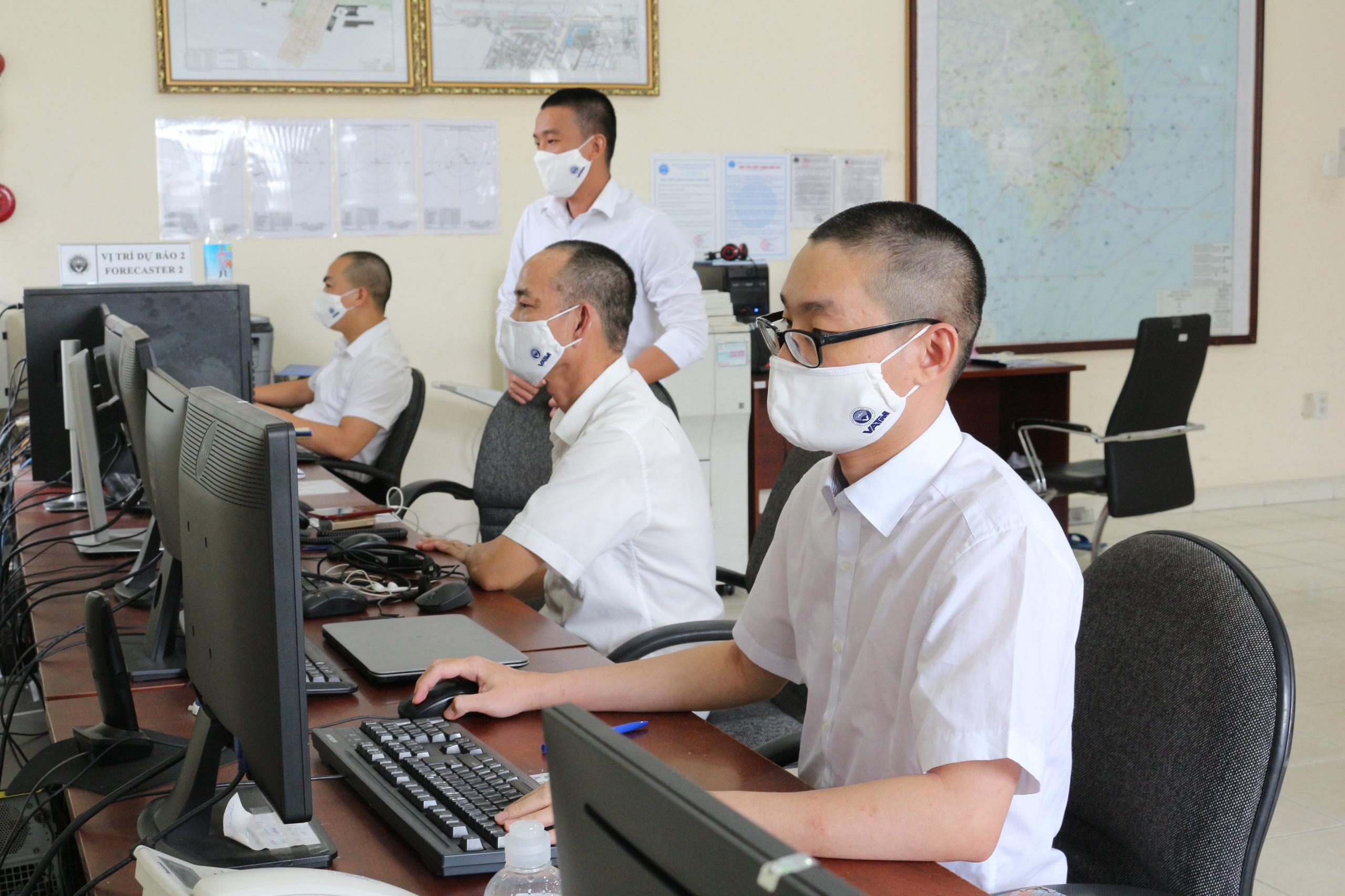 Đoàn Thanh niên Trung tâm Khí tượng hàng không triển khai cấp phát khẩu trang