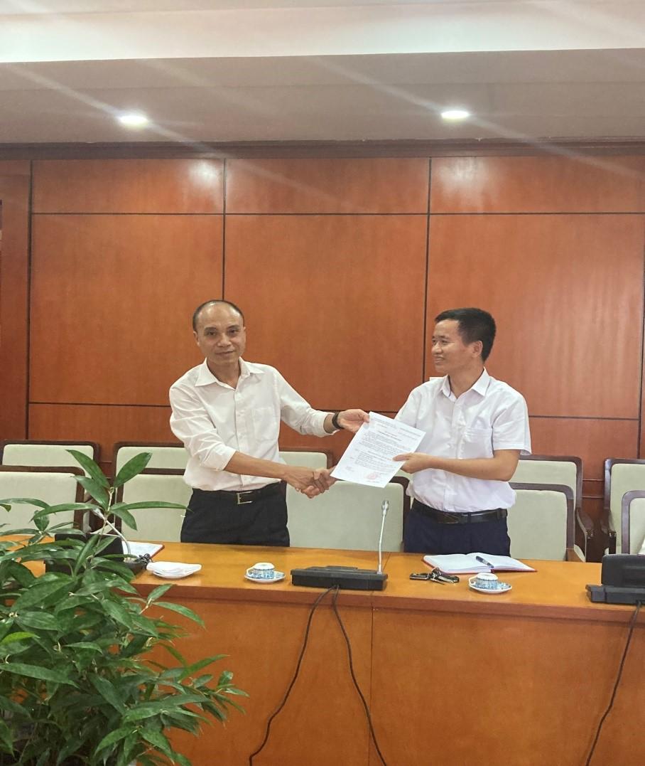 Công bố và trao Quyết định đảng viên chính thức Chi bộ Phòng Nghiệp vụ - Trung tâm khí tượng hàng không