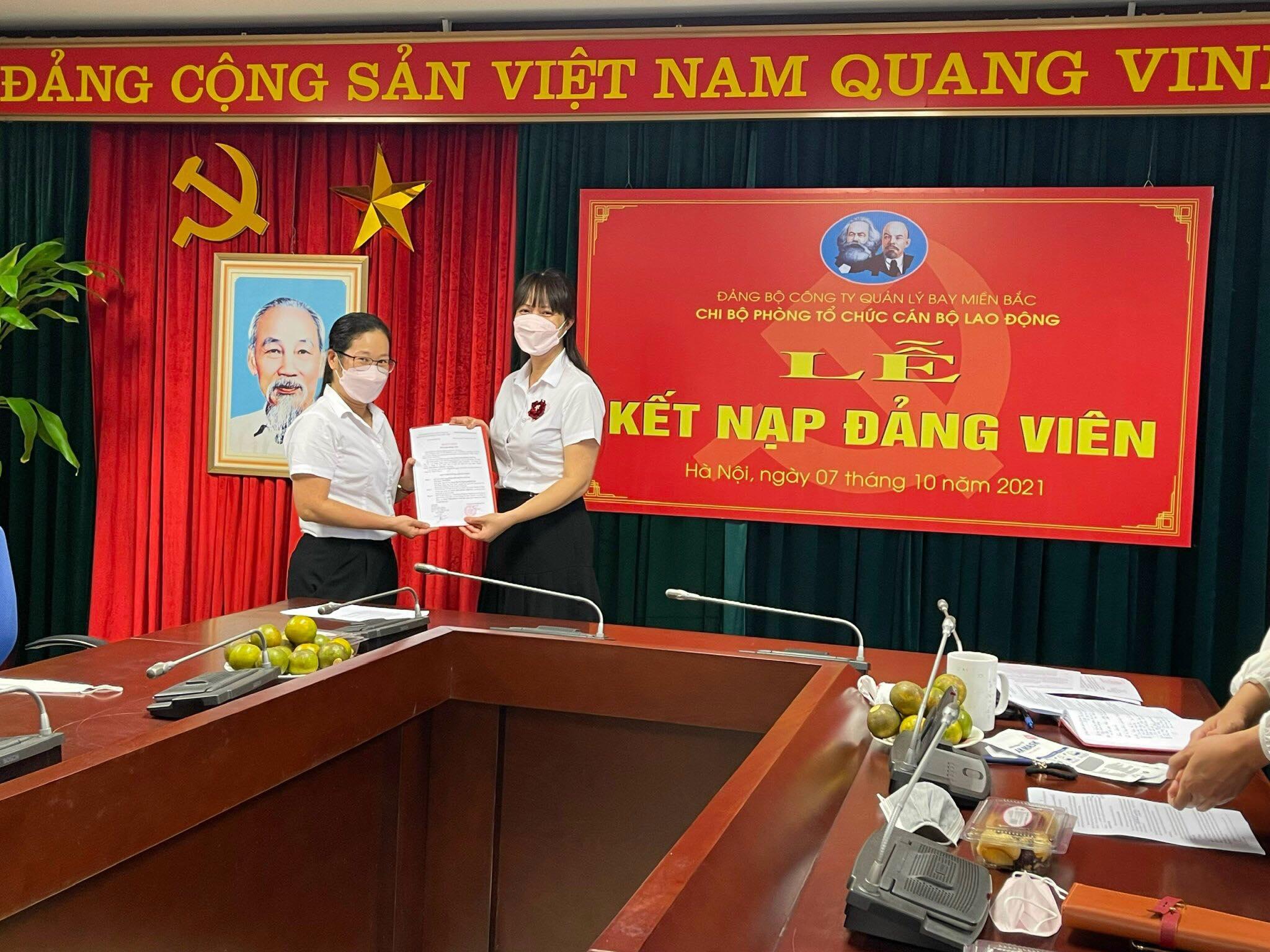 Chi bộ Phòng Tổ chức cán bộ - Lao động, Công ty Quản lý bay miền Bắc tổ chức Lễ kết nạp đảng viên mới