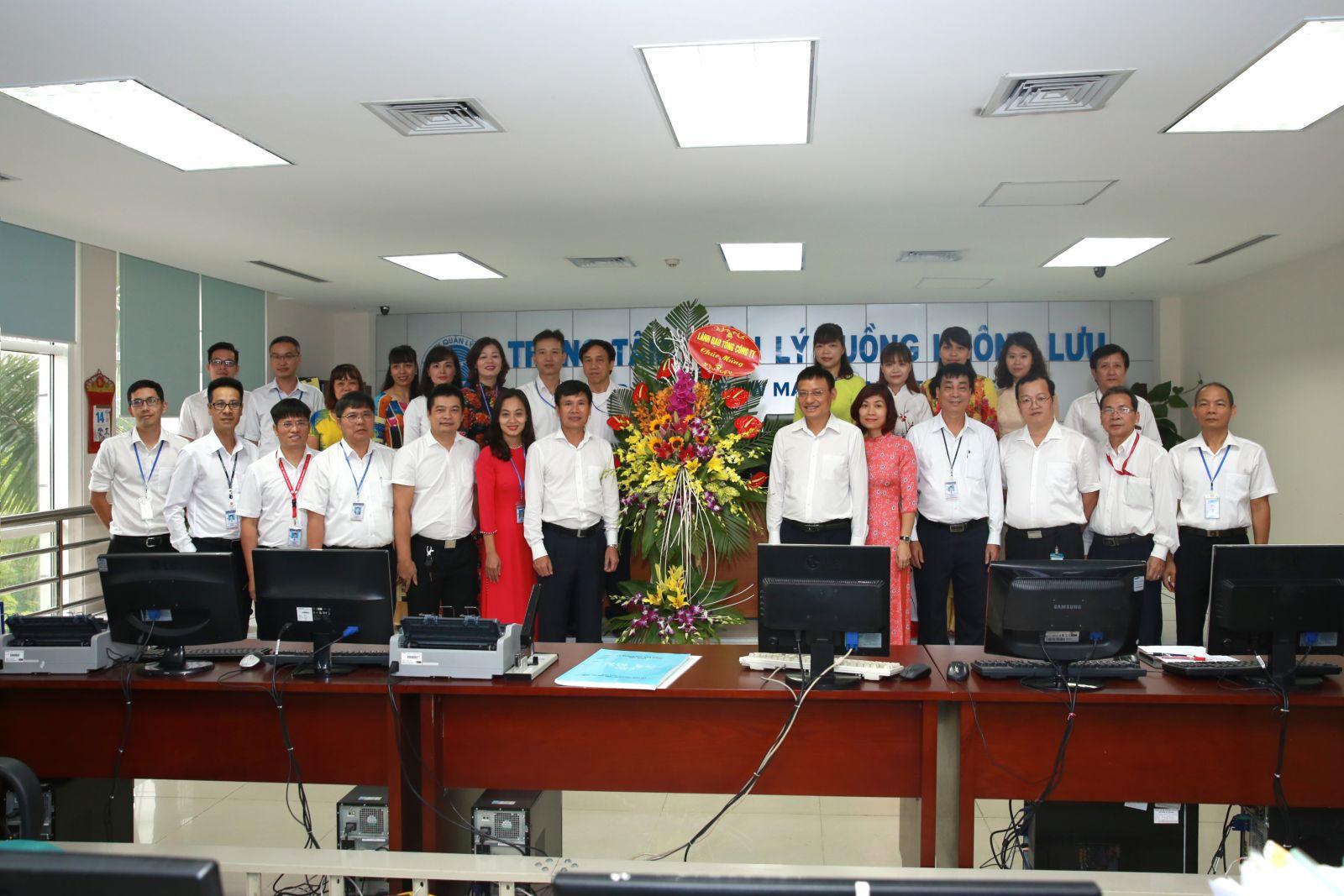 Quyền Chủ tịch Hội đồng thành viên Phạm Việt Dũng tặng hoa chúc mừng Trung tâm Quản lý luồng không lưu