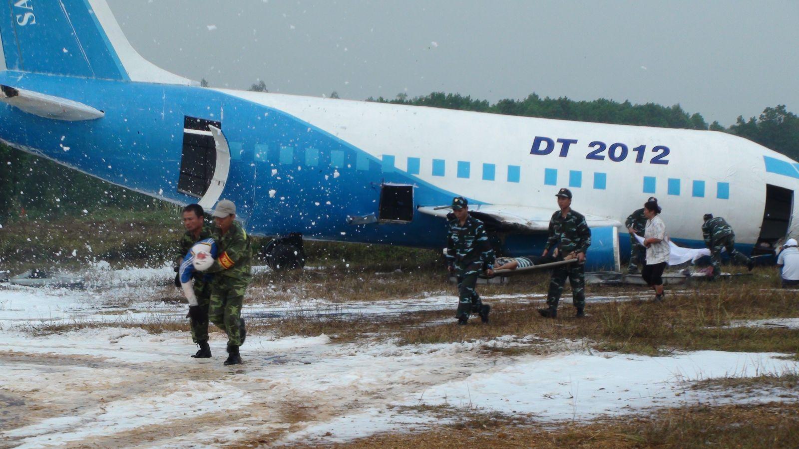 Diễn tập tìm kiếm cứu nạn hàng không tại sân bay Hòa Lạc năm 2012